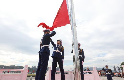 马尾滨江文化广场隆重升国旗